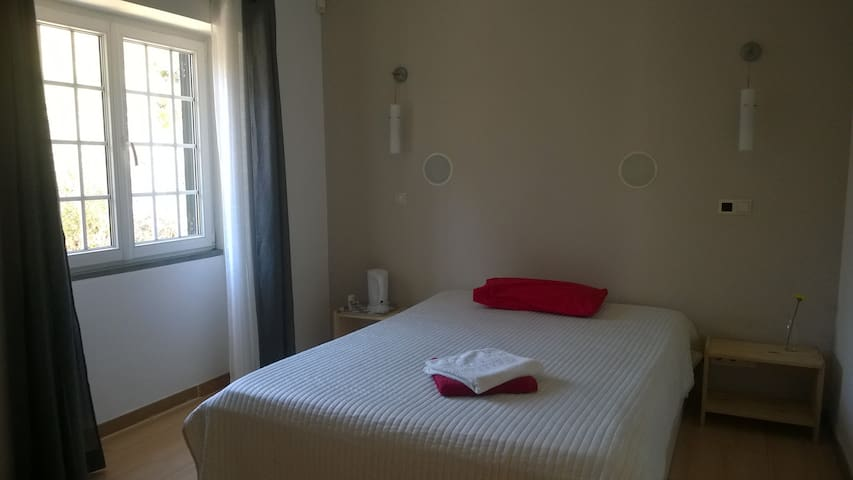 Room with private bathroom near airport - Lisboa - Haus