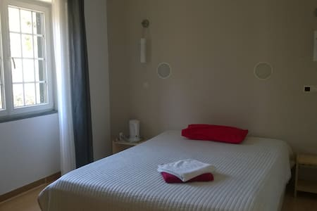 Room with private bathroom near airport - Lisboa - House