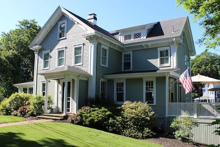 Historic Home in Beach Community - Cohasset - บ้าน
