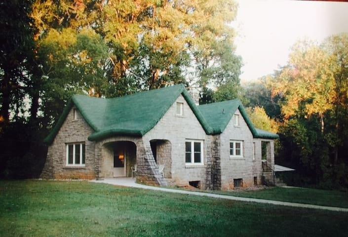 Convenient Cozy Cottage near West Asheville