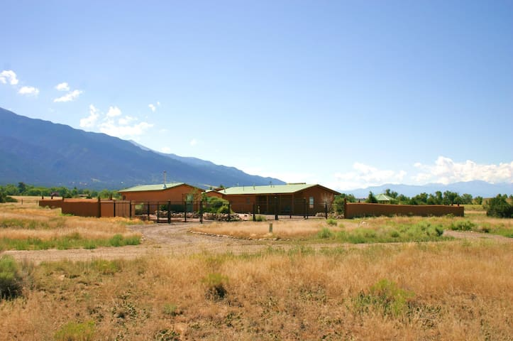 Exquisite Straw Bale Rental - Crestone - Ev
