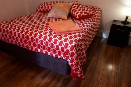 Canada's Rose Cottage - Moonshade Room, Double bed