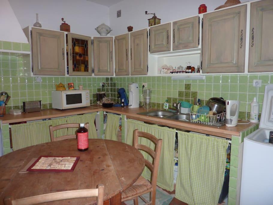 la cuisine est tout équipée,machine à laver le linge