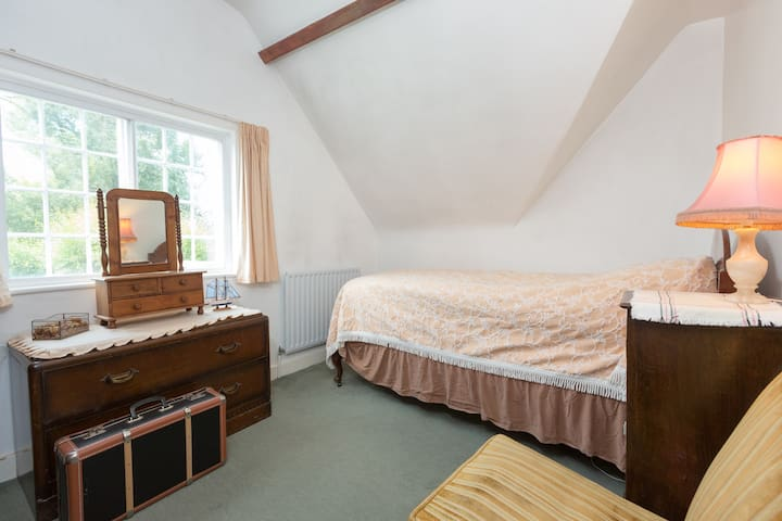 Quiet and cosy bedroom overlooking fields