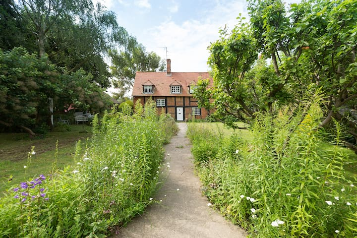 Airy, quiet room in rural cottage close to Reading - Sonning Eye