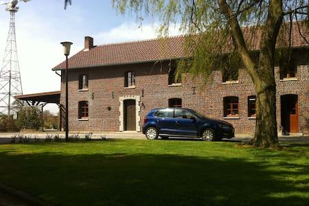 Super gîte 70m² avec terrasse - Froidchapelle - House