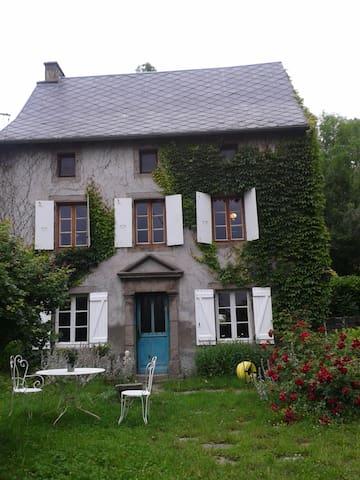 maison ancienne en Auvergne, jardin - Murol - Talo