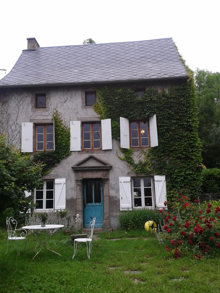 maison ancienne en Auvergne, grand jardin