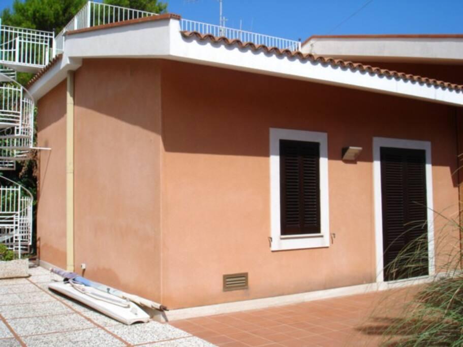 La Villa da su un giardino di 500 metri quadri.
