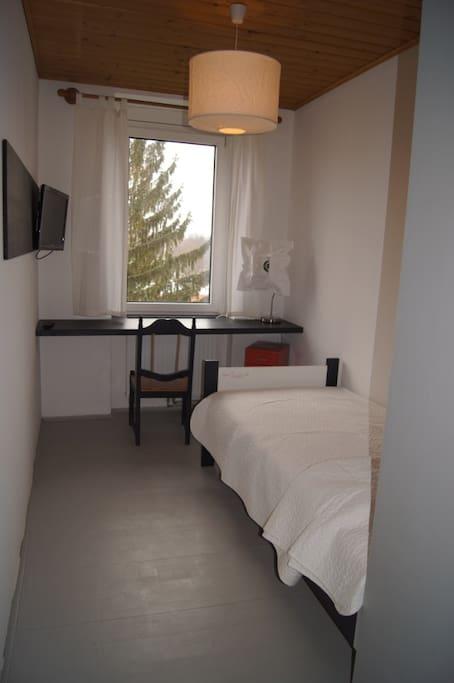 the bedroom with desk -- das Schlafzimmer mit Schreibtisch