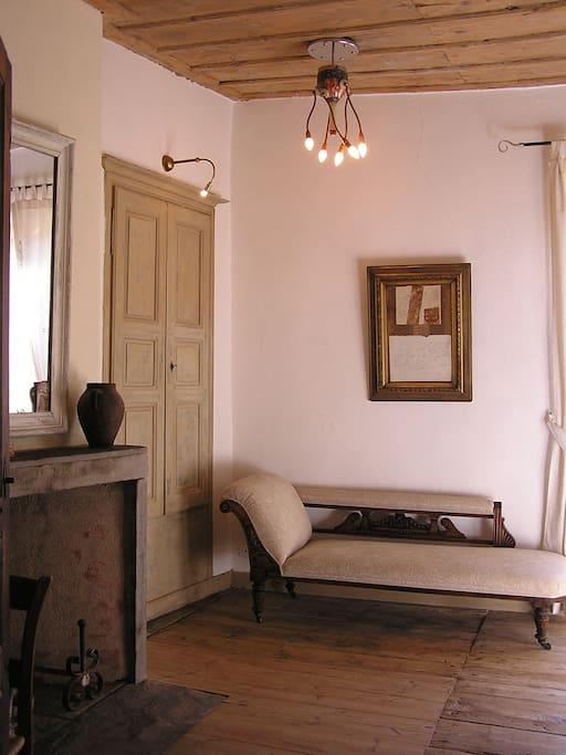 chambre blanc. met bad grote kamer, hoog graat raam. 2persoons bed