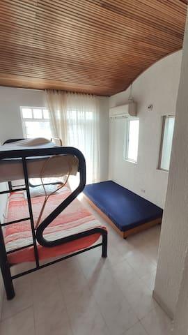 Habitación 2 cuenta con aire acondicionado, balcón,  con camarote y cama baja