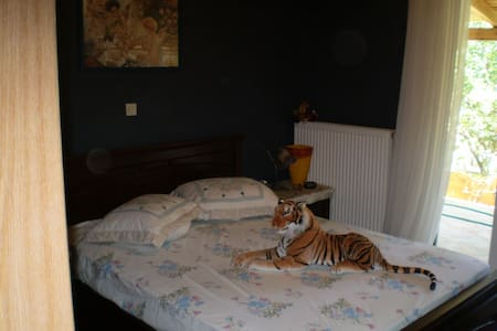 Cosy bedroom near the airport :) - Artemida - House
