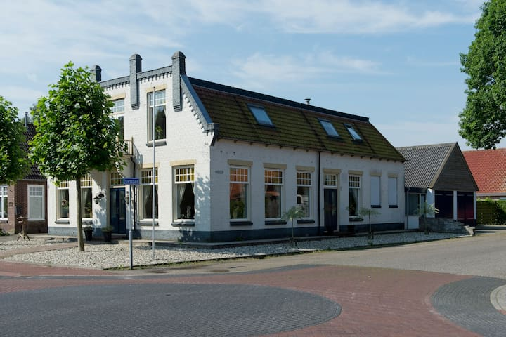 B&B in characteristic Fries cafe - Noordwolde - Leilighet
