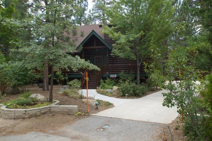 Three Bear's Den - Walk to Slopes! - Big Bear Lake - Hus