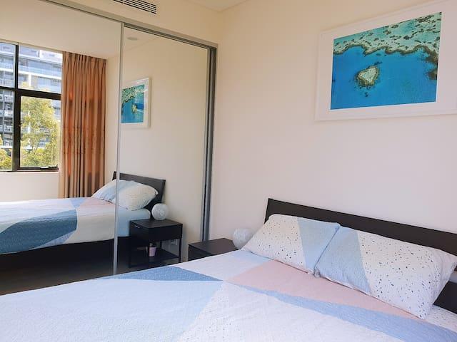 Bright Private Room & Bathroom near City & Airport