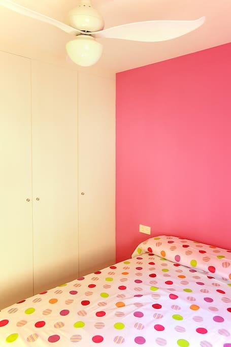Luz y colores alegres! Habitación con ventilador