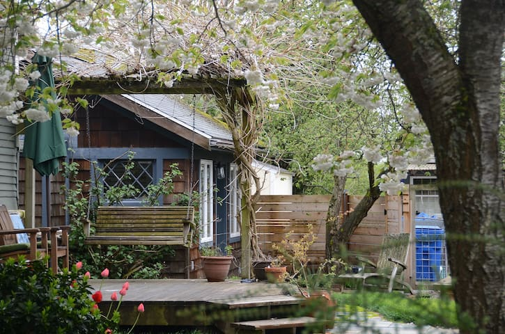 Cozy garden cottage in heart of the city!