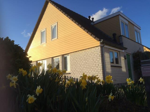 Oesterbaai 36, gezellig familiehuis bij 't strand