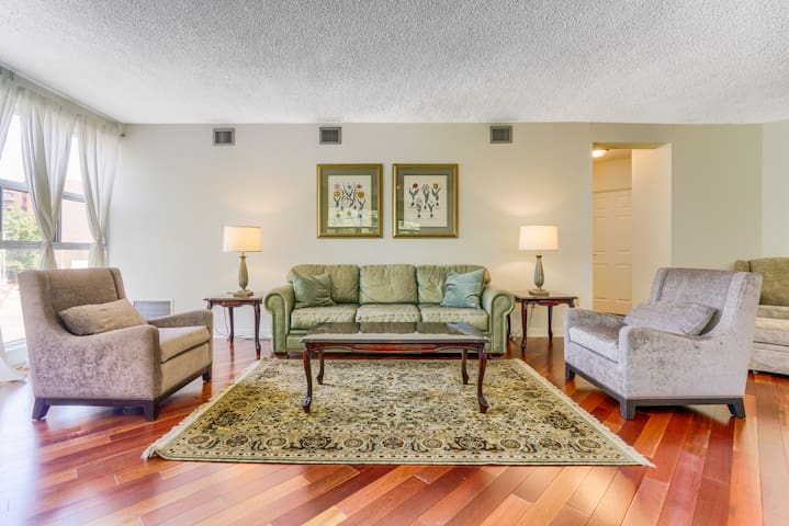 Classic 2 Bedroom Condo next to High Park