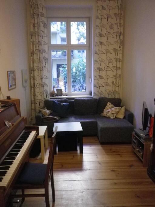 Wohnzimmer mit Blick auf ruhige Seitenstraße mit ausziehbarem Schlafsofa 1,40 x 2 m