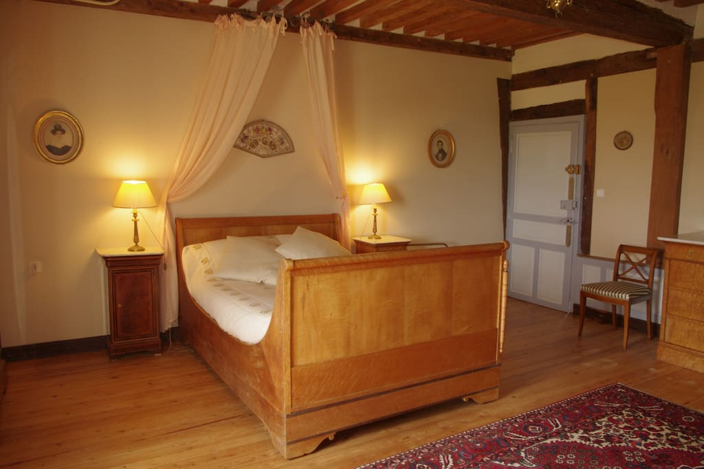 Chambre opera houses for rent in vieux pont en auge for Chambre french translation