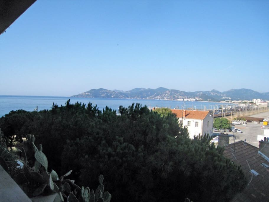 La Vue mer depuis la terrasse, exposition ouest, soleil l'après midi.