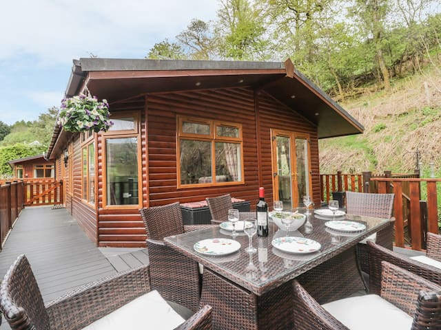 TRANQUILITY LODGE, pet friendly in Troutbeck, Ref 975770