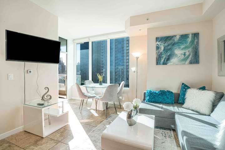 Luxur ★ 2 Bed Apt ✔ Centrally Located ✔ Parking