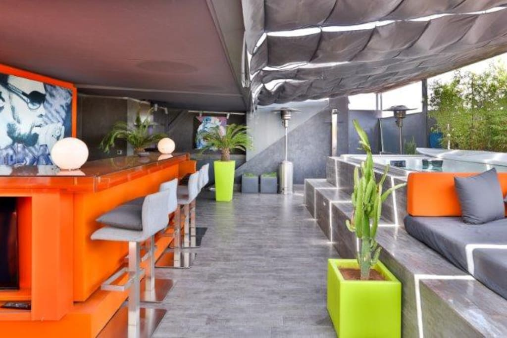 Terrasse avec jaccuzzi (7 places) et bains de soleil voyageurs jour et nuit