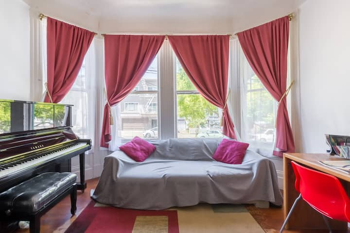 A Cozy Room with Piano near GG Bridge