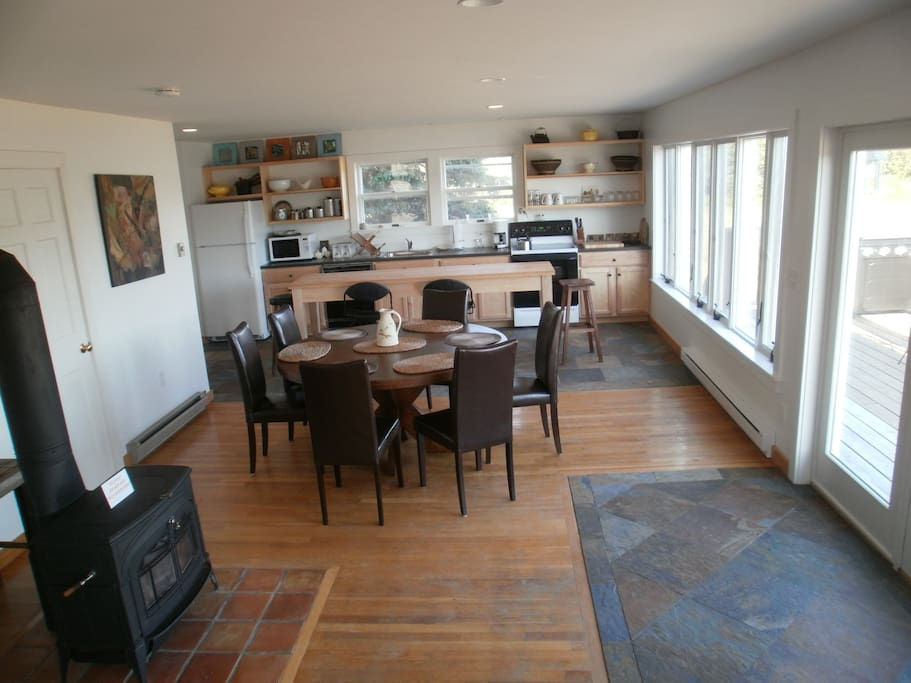 Open dining and kitchen - great for families!