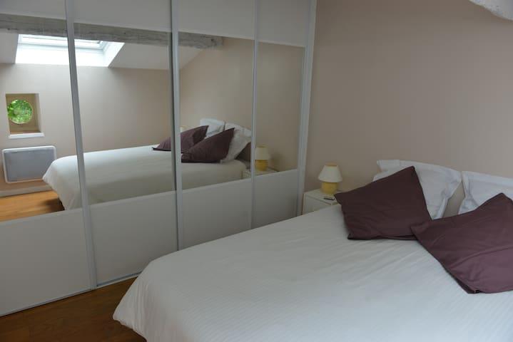 Chambre avec lit de 160 et penderie.