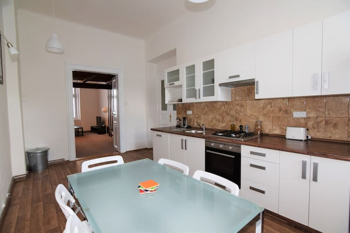 Cosy & Spacious - 10 minutes to the city centre