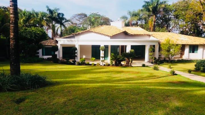 Luxuosa Casa de Campo (Condomínio Fechado)