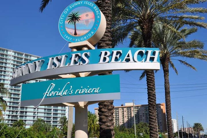 Superb condo 5 minutes walk to beach - Sunny Isles Beach