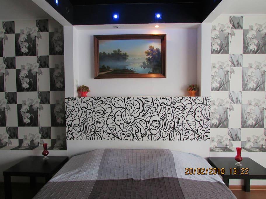 спальня с кондиционером и балконом
