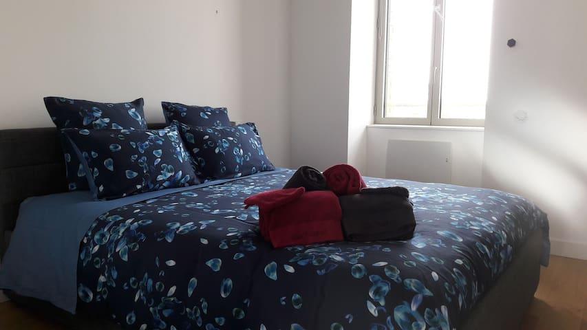 Chambre principale avec lit 160x200 et placard intégré