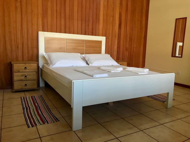 Wide bedroom, central area, 1 min walk from UFSC