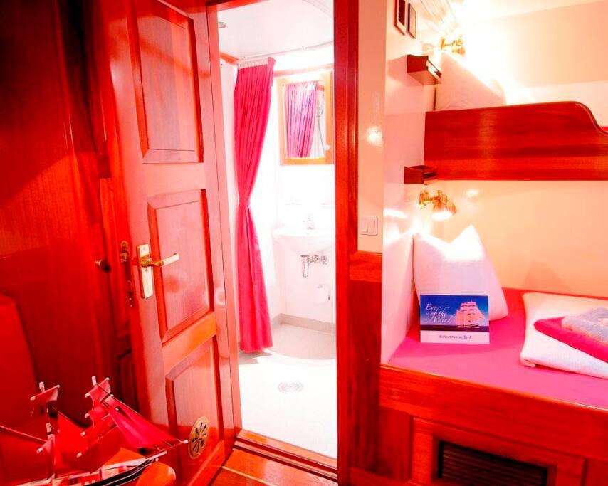 Komfortable Doppelkabine mit eigenem Bad (Dusche / WC) und Klimaanlage