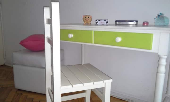 Habitación privada luminosa, colorida y cómoda