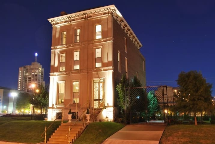 Theatre District Mansion with 4 Independent Apts. - St. Louis - Daire