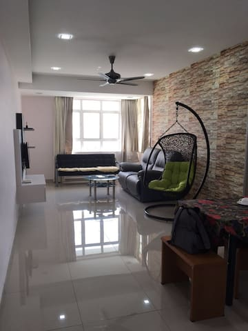 Bright & Breezy Apartment in Taman Perling