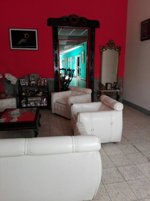 pasillo hacia la siguiente sala y areas de la casa