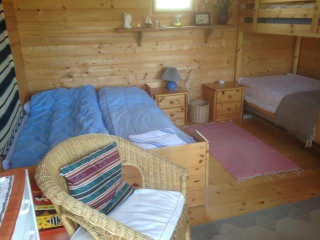 Hytten  med sengepladser.