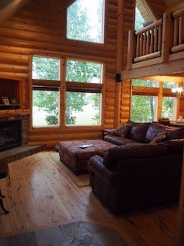 Beautiful Bedroom in Log Home! - Victor - Casa