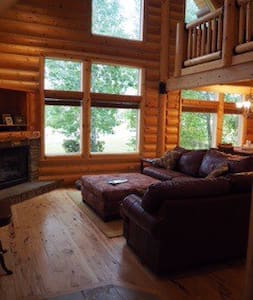 Beautiful Bedroom in Log Home! - Victor - Hus