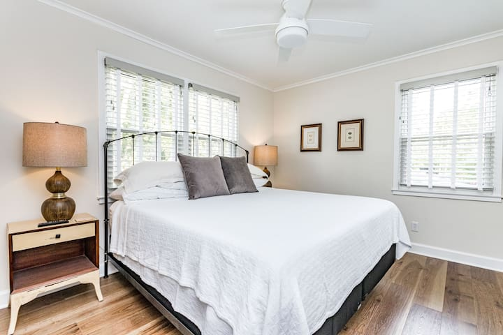 """King bed, 42"""" TV and large closets"""