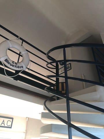 Escalier qui monte au 1er étage,situé dans l'entrée.