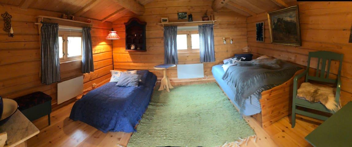 Tømmer anneks med dobbelseng, 2 madrasser.